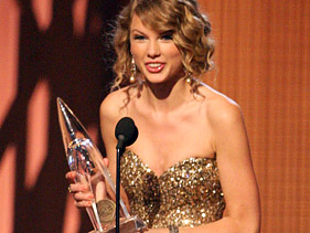 Taylor Swift Dominates CMA Awards
