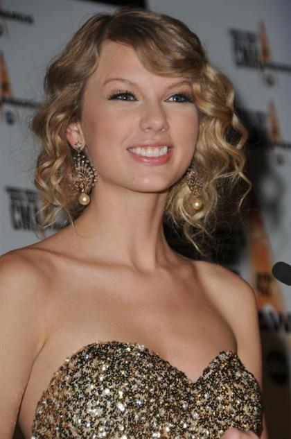 Taylor Swift dominates the 2009 Country Music Awards