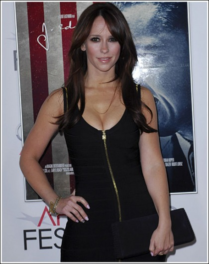 Jennifer Love Hewitt Drops Some Bodacious Cleavage