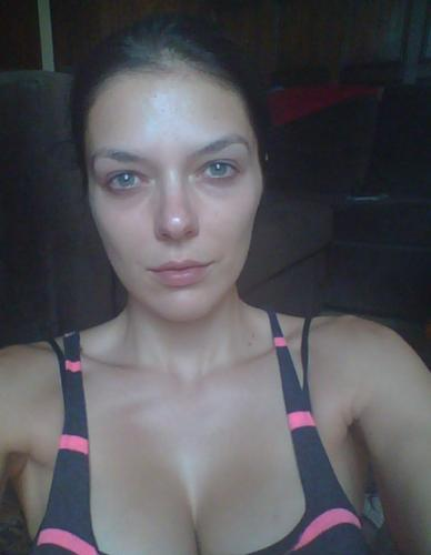 Adrianne Curry Needs To Put On Makeup Quickly!!!