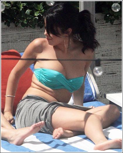 New Selena Gomez Bikini Pictures, Woohoo!