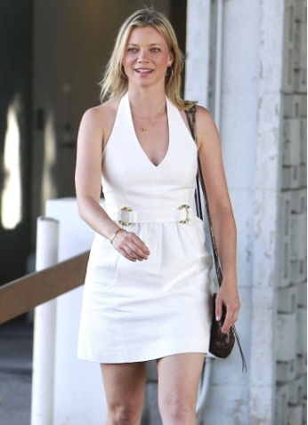 Amy Smart Leggy Stops By An Office Building In West Hollywood