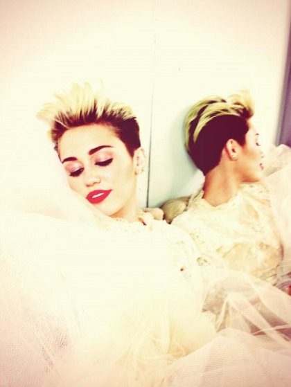Miley Cyrus tweeted a 'wedding dress' selfie to dispel breakup rumors