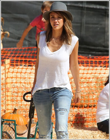 Jessica Alba Looking Like A Scorching Hot Mama At A Pumpkin Patch