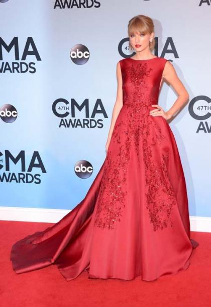 Taylor Swift Receives Pinnacle Award During 2013 CMA Awards