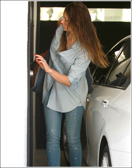 Jessica Biel Exits Car, Looks Ridiculously Hot While Doing So