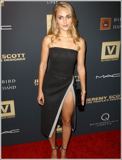 AnnaSophia Robb Flashes A Ton Of Drool-Inducing Leg Action!