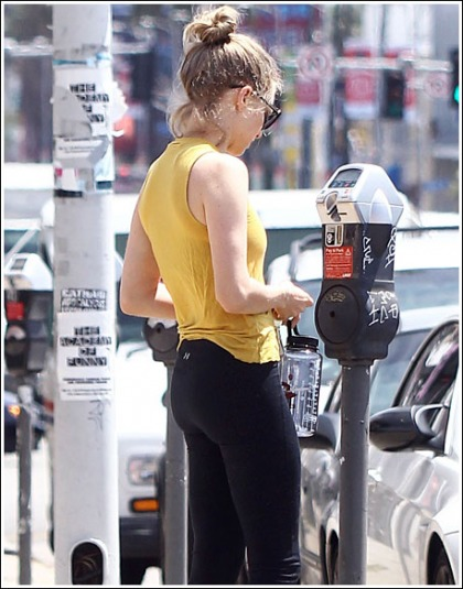 Amanda Seyfried Looks Damn Fit, And Busty, And Leggy, And Bootylicious In Tight Workout Attire