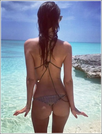 Emily Ratajkowski Shakes Her Bootylicious Booty In A Tiny Bikini