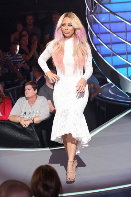 Aubrey O?Day shows off a big ring, is she engaged to Pauly D?