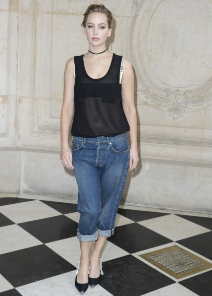 Jennifer Lawrence looks like she can't wait to get out of this fakakta Dior cotract
