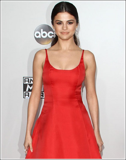 Selena Gomez Makes A Red Hot And Cleavagy Return, Woohoo!