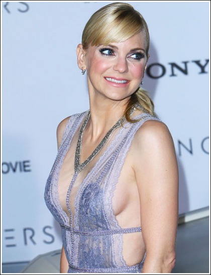 Anna Faris Returns With A Jaw-Dropping Braless Cleavage Show!
