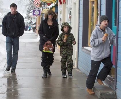 Angelina Jolie took the youngest kids for ice cream & caramel apples in Colorado