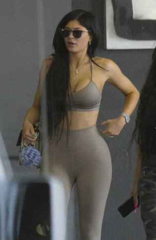 Kylie Jenner ' Leaves Westfield Topanga Mall in Canoga Park