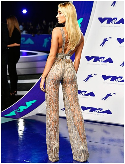 Hailey Baldwin Shows Off Her Bootylicious Wedgie At The 2017 MTV Video Music Awards!