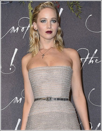 Jennifer Lawrence Pops Out Her Massive Braless Cleavage!