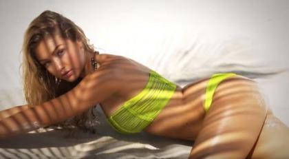 Pretend Model Gigi Hadid Works It Good For SI