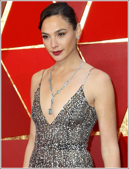 Gal Gadot Drops Some Seriously Sexy Braless Cleavage Action At The 2018 Oscars