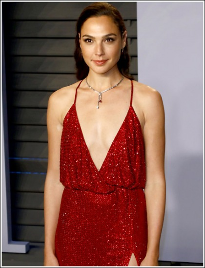 Gal Gadot Drops Some Seriously Sexy Braless Cleavage Action At The 2018 Vanity Fair Oscar Party!