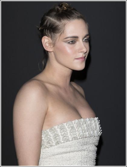 Kristen Stewart Flashes Her Sexy Braless Cleavage!
