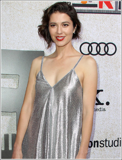 Mary Elizabeth Winstead Drops Some Seriously Sexy Braless Cleavage