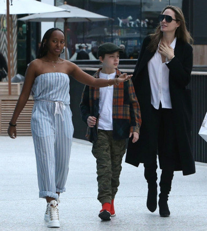 Angelina Jolie still shops at malls all the time & she even brings her kids