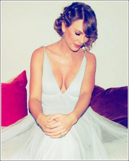 Taylor Swift Shows Off Her Massive Braless Cleavage!